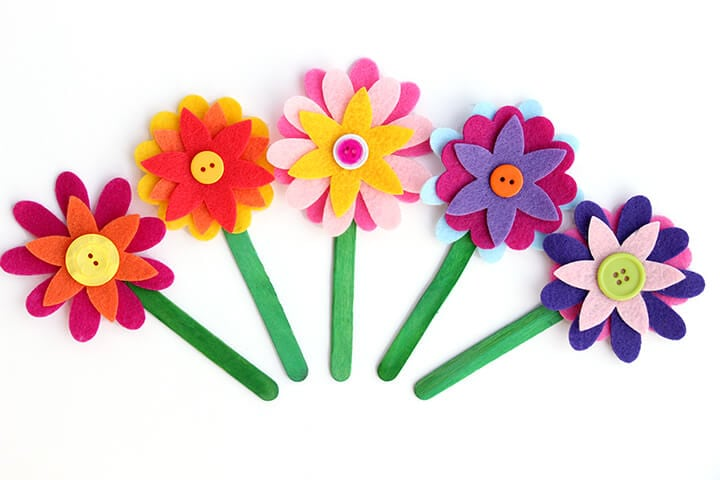 Felt Flower Bookmarks - These felt flower bookmarks are the cutest! Plus, they're super quick and easy to make, so they're the perfect craft for kids of all ages!