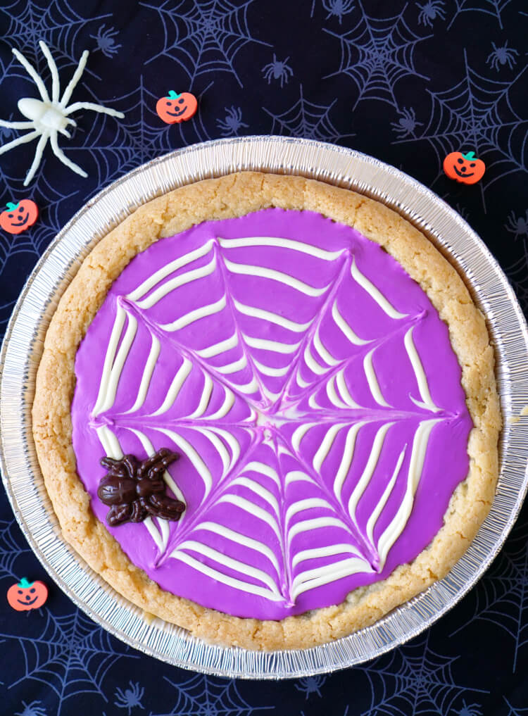 spiderweb-sugar-cookie-pizza-halloween-treat