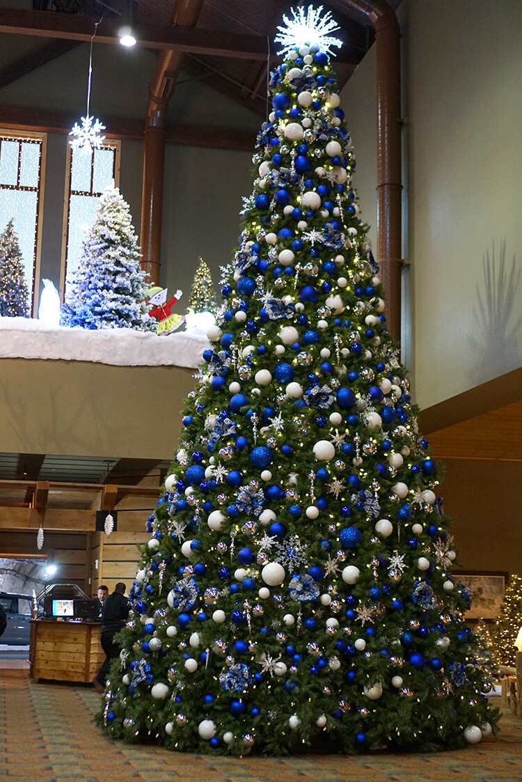 huge-winter-christmas-tree-at-great-wolf-lodge