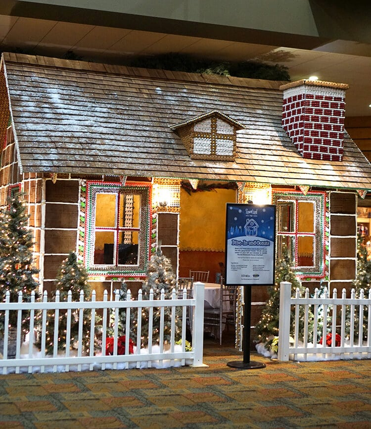 life-sized-gingerbread-house-cottage-at-great-wolf-lodge