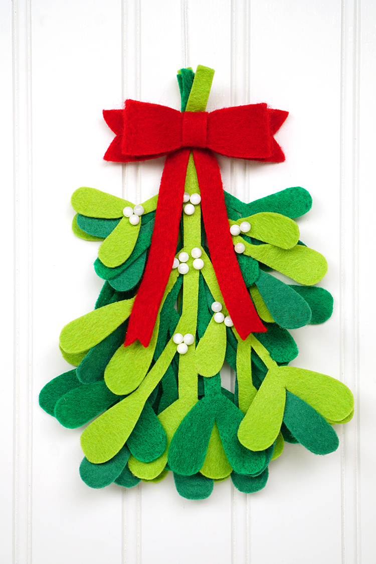 Diy christmas decorations felt mistletoe happiness is for Simple christmas decorations to make